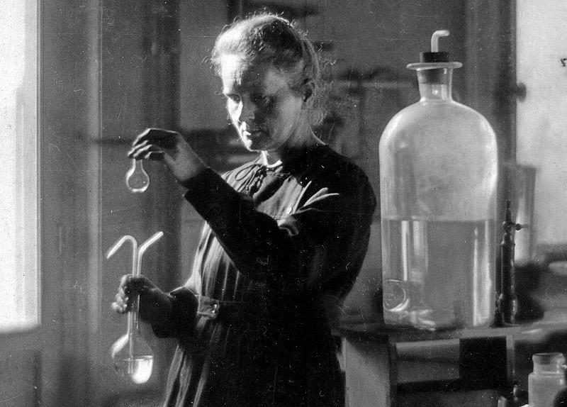M.Curie en su laboratorio en 1925